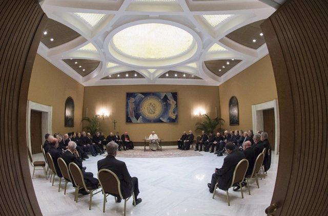 El Papa celebra una primera reunión con obispos chilenos