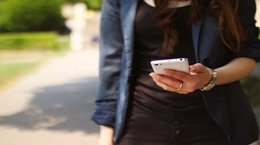 Chica con un móvil. Foto de archivo