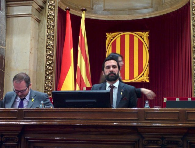 Roger Torrent preside el pleno del Parlament