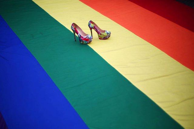 Zapatos de tacón sobre una bandera LGTBI