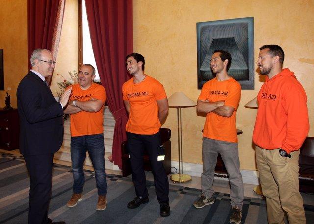 El presidente del Parlamento con los bomberos andaluces absueltos en Grecia