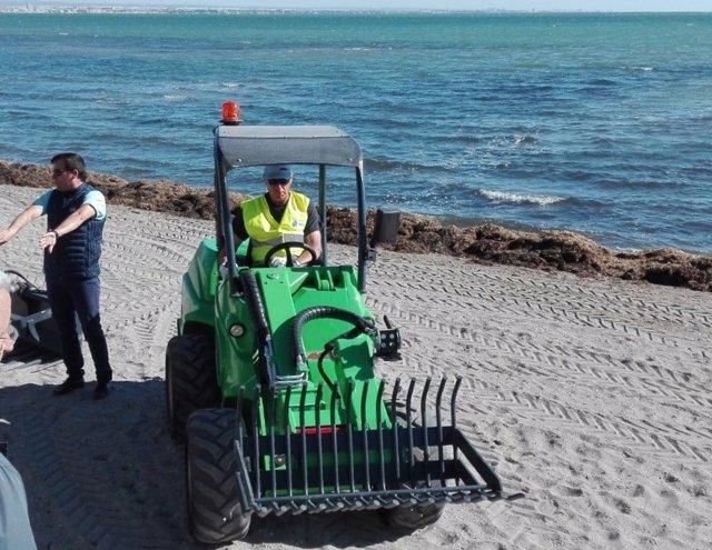 Imagen de la nueva maquinaria que se está probando para agilizar limpieza algas