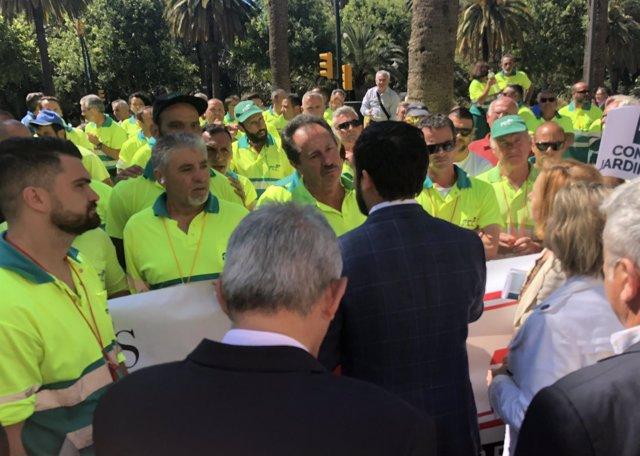 Daniel Pérez junto a trabajadores de Parques y Jardines