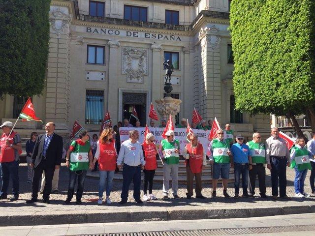 Cadena humana rodeando el Banco de España en favor de unas pensiones dignas