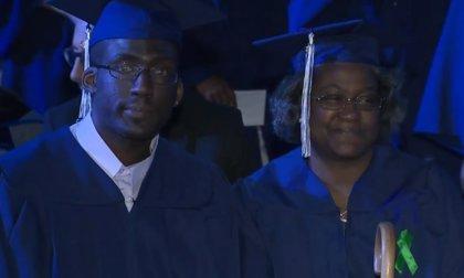 Madre e hijo superan las adversidades de la vida juntos y consiguen graduarse en la universidad