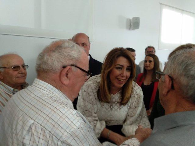 Susana Díaz saluda a asistentes a la Feria del Olivo