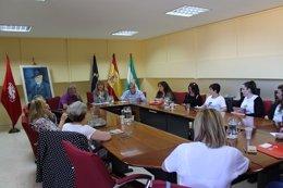 La secretaria general de UGT-A, Carmen Castilla, con las camareras de piso