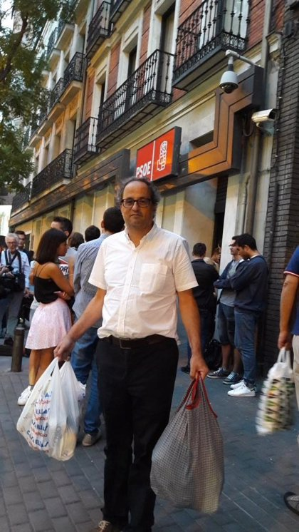 El PSOE asegura que Quim Torra posó en las puertas de Ferraz para burlarse de la crisis interna del partido