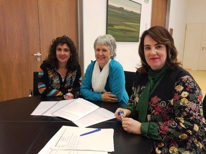 Educadoras sociales presentan el borrador de una propuesta de ley para que sea estudiada en el Parlamento de Navarra