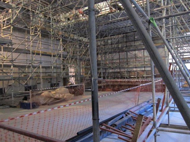 Salón plenario del Palacio de Congresos, con andamios