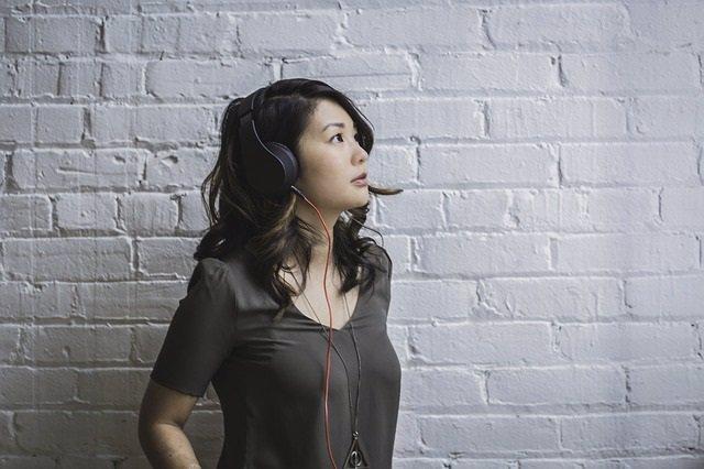 Escuchando música, auriculares, pensativa