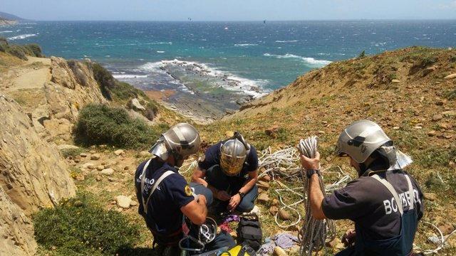 Bomberos rescantan un cadáver en una playa de Tarifa
