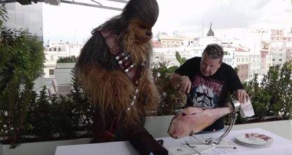 VIDEO: Chicote instruye a Chewbacca de Star Wars el arte de cortar jamón