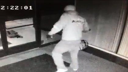 Un ladrón se marca un bailecito delante de las cámaras de seguridad en el edificio donde robó