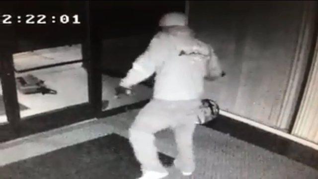 Un ladrón se marca un baile tras robar en un edificio de oficinas