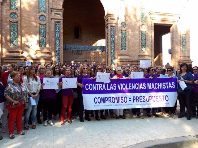 Participantes en la manifestación por presupuesto contra la violencia de género