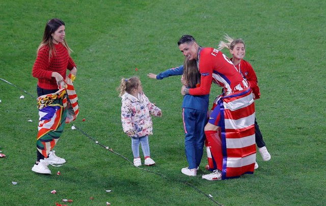 Fernando Torres con su familia sobre el césped del Stade de Lyon
