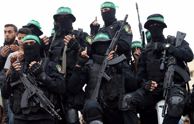 Militantes palestinos de Hamás en el funeral de uno de sus miembros