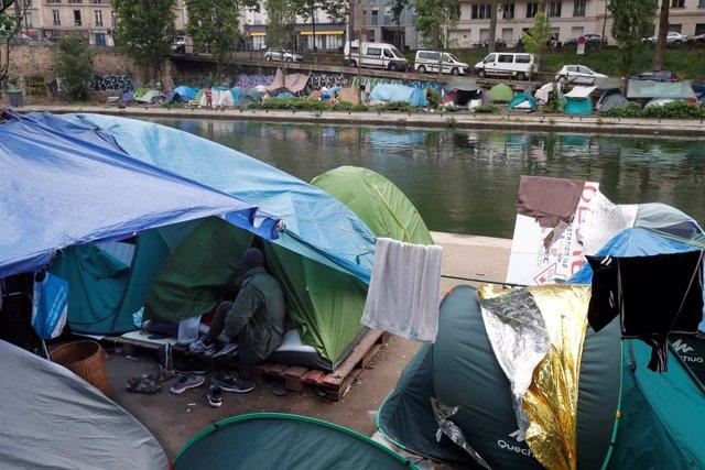 Tiendas de campaña de refugiados junto a un canal de París