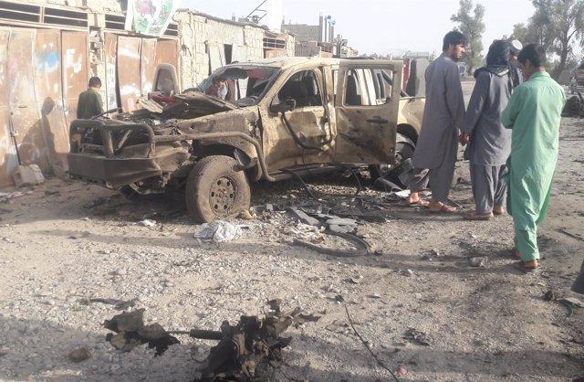Civiles afganos en uno de los lugares atacados por talibán en Fará