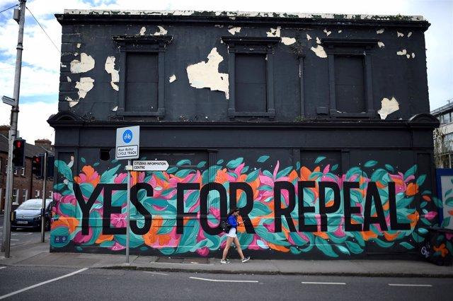 Mural de la campaña previa al referéndum sobre el aborto en Irlanda