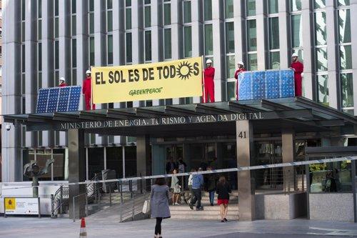 Greenpeace coloca placas solares en el Ministerio de Energía