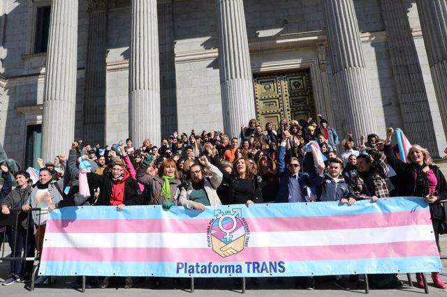 Plataforma Trans se manifiesta a las puertas del Congreso