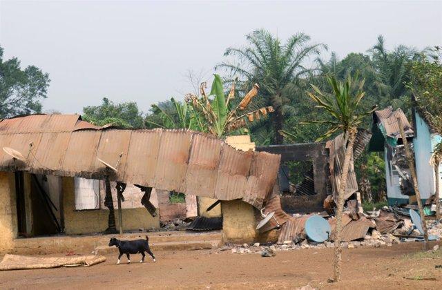 Edificios destruidos en Kembong (Camerún)