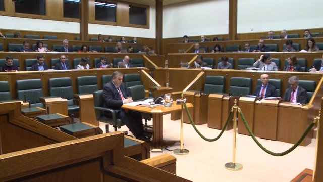 Imágenes de los diputados del Parlamento Vasco durante el Pleno