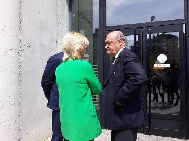 Galve conversando con la juez decana de Pamplona