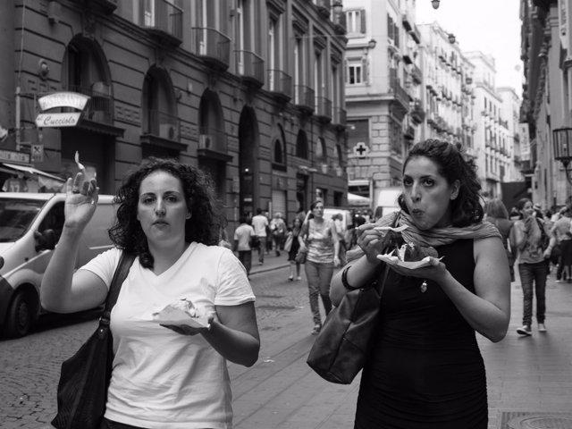 Mujeres andando y comiendo