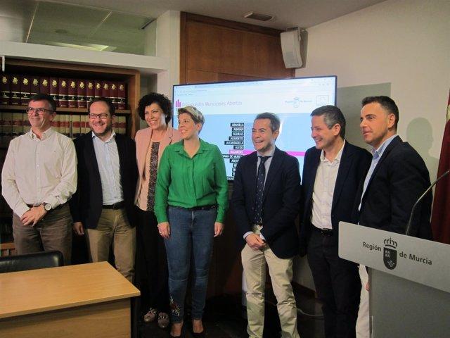 Arroyo, en el centro, durante la presentación de la web