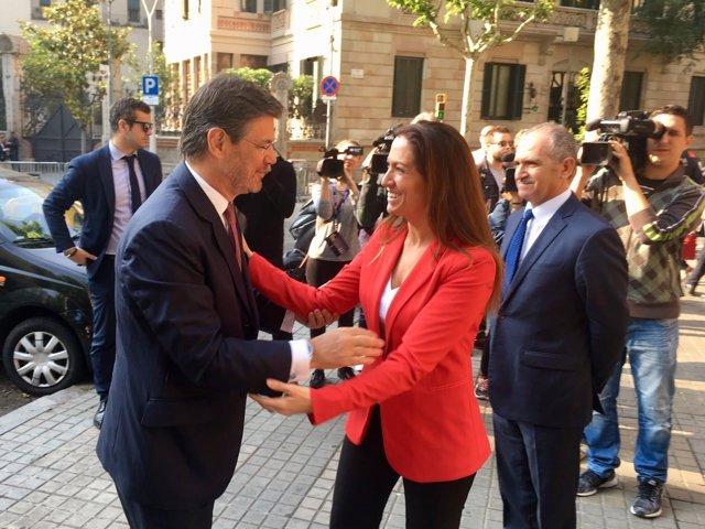 El ministro de Justicia, Rafael Catalá, y la decana del Icab, Maria Eugènia Gay