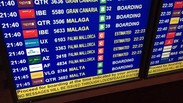 Retraso, aeropuerto, pantalla, avión, palma, embarcar, recurso