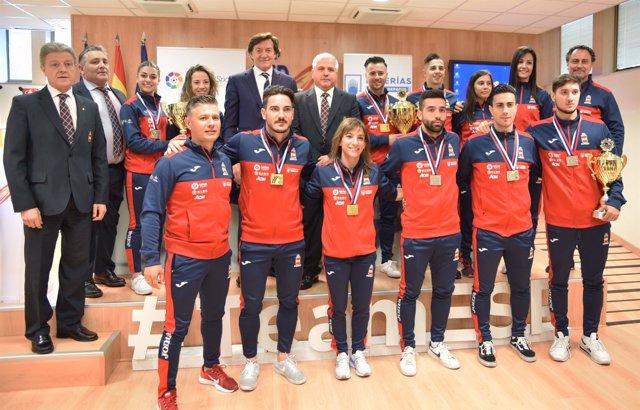 Lete, con el equipo español de kárate en el CSD