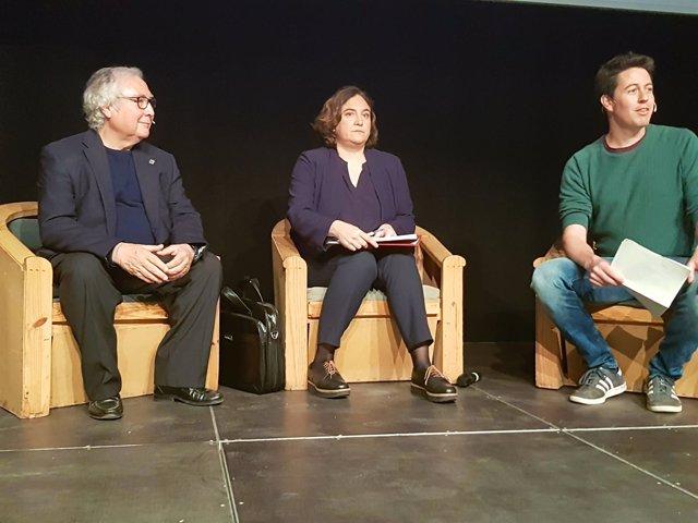 A.Colau junto a Manuel Castells en una conferencia