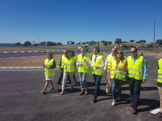 López (3ª izda.) y otras autoridades en la visita a la carretera
