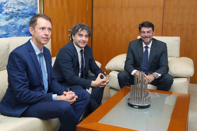 Luis Barcala, de frente, en la reunión con Colomer, segundo por la izquierda