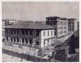 Una foto de la construcción del Colegio