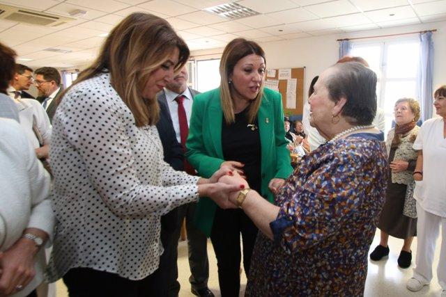 Díaz saluda a una de las usuarias de la unidad de estancia diurna de Benahadux