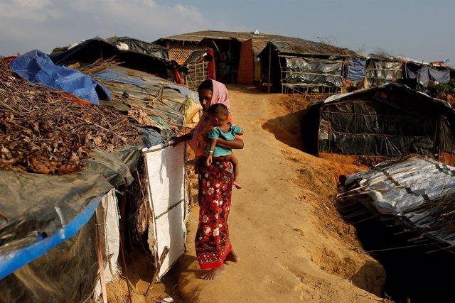 Una mujer rohingya con su hijo en los campos de refugiados