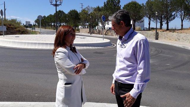 La diputada provincial, Isabel Moreno, y el alcalde de Arcos, Isidoro Gambín