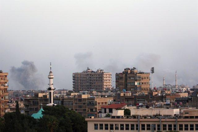 Columnas de humo en el campo de refugiados palestinos de Yarmuk