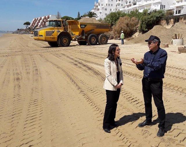 La subdelegada del Gobierno, Asunción Grávalos, en una playa de Huelva.