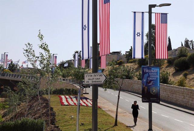 Señal indicando el camino a la Embajada de EEUU en Israel en Jerusalén