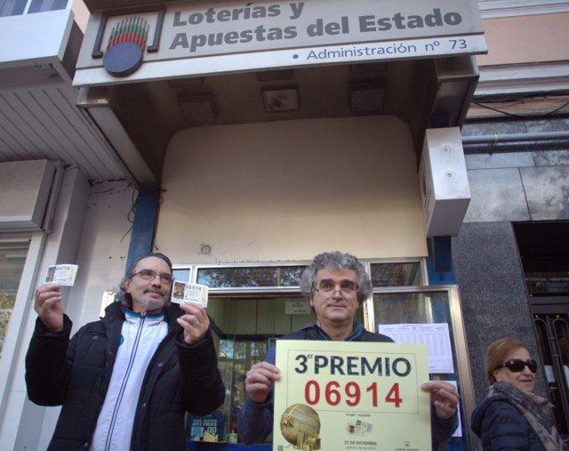 Celebración del tercer premio, el 6.914, de la Lotería de Navidad en Madrid