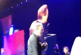 Captan la supuesta erección de Luis Miguel en mitad de un concierto