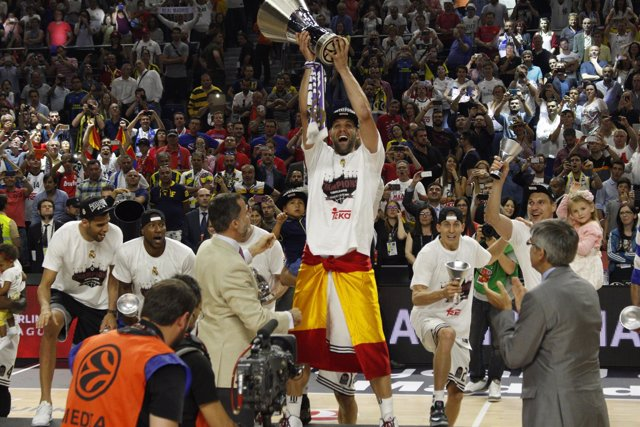 Felipe Reyes levantando la Copa de la Euroliga