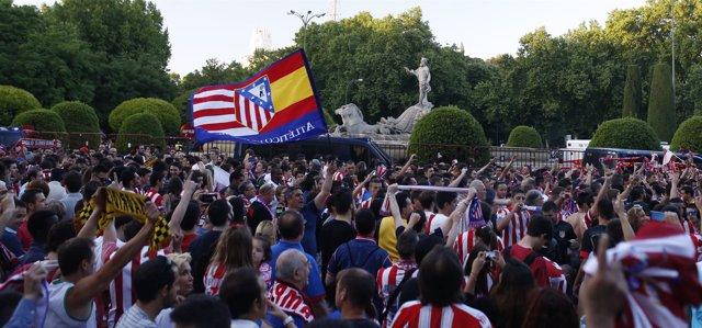 La afición del Atlético de Madrid celebra la Liga en Neptuno