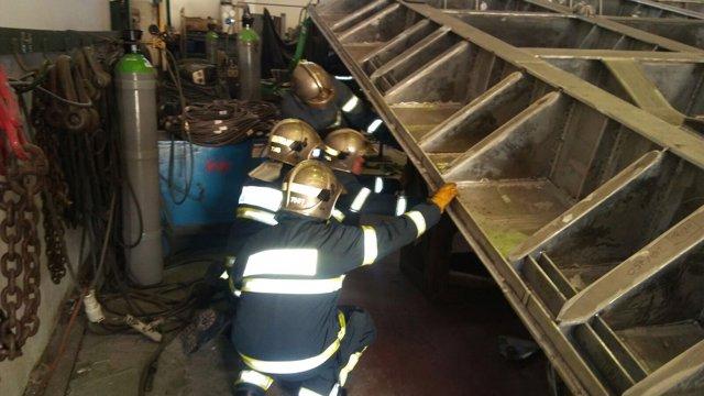 Bomberos actúan en el accidente laboral mortal en una nave de Puerto Real